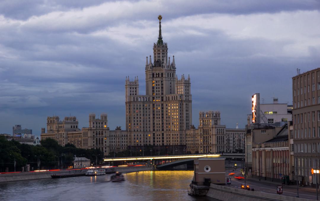 Rascacielos de Stalin en el centro de Kotl′ničeskoj