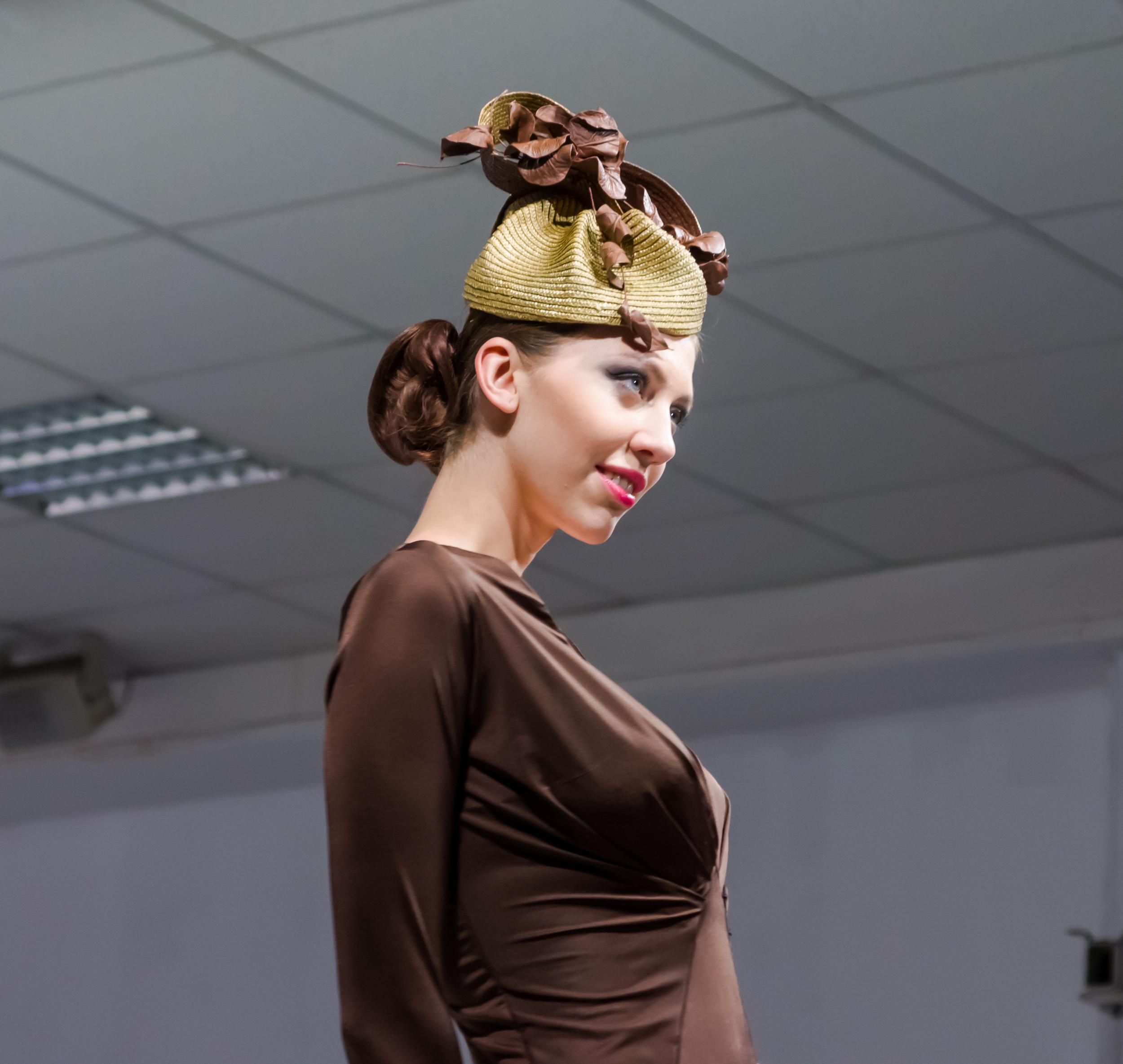 Модель в шляпке