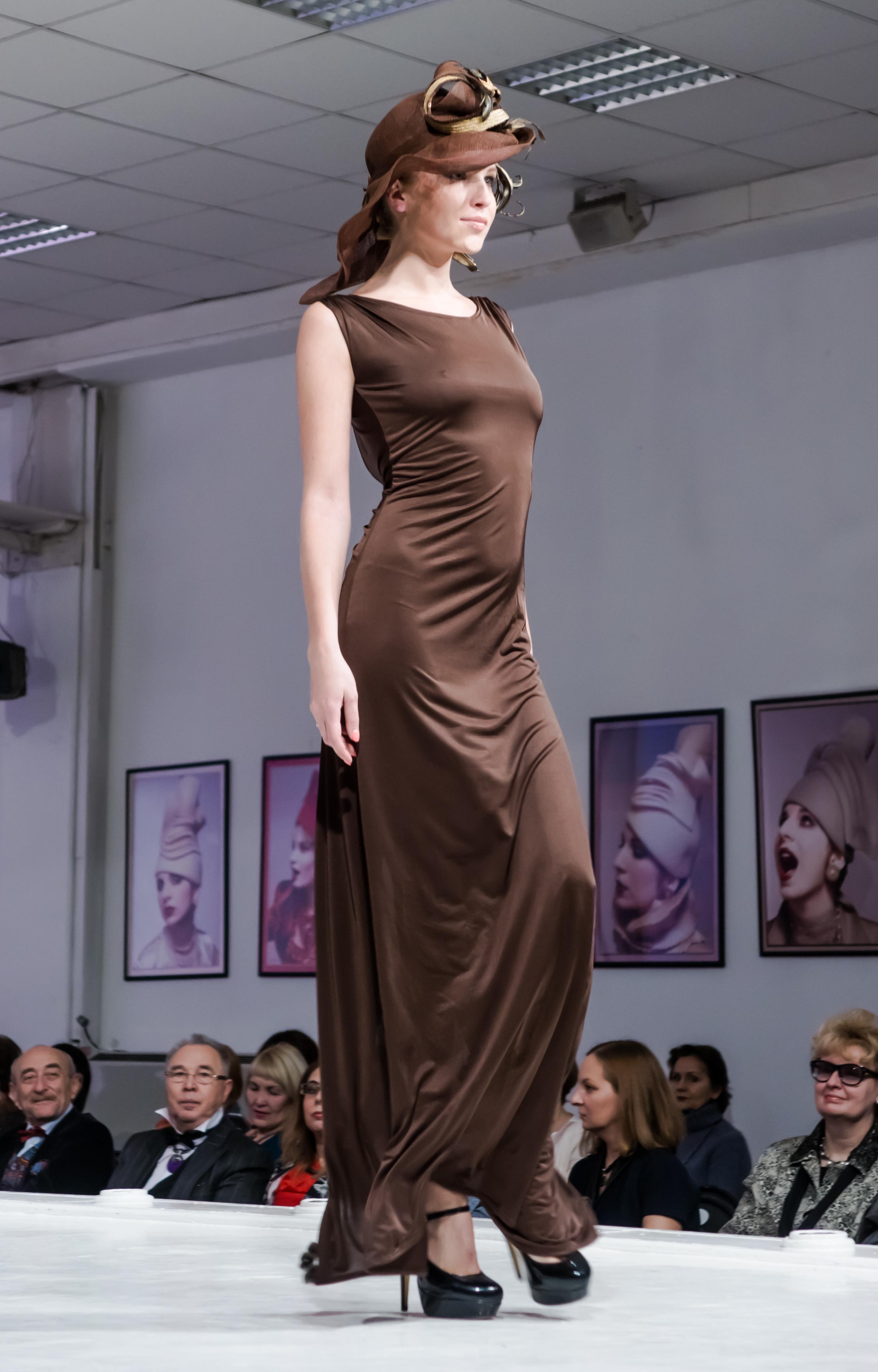 демонстрация вечернего платья в пол