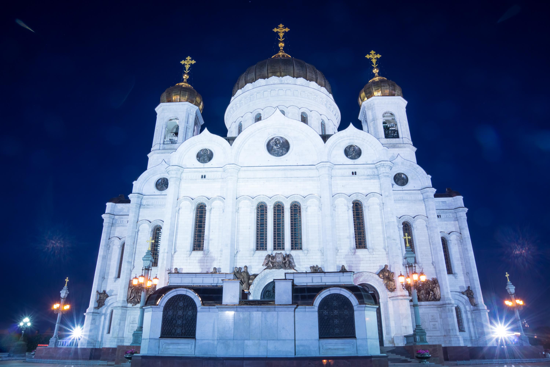 Foto nocturna de la Catedral de Cristo Salvador en Moscú
