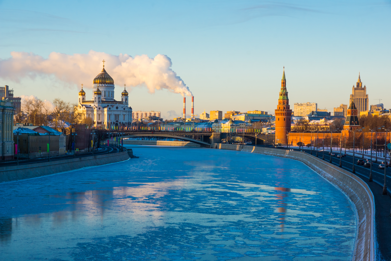 El río de Moscú y la Catedral de Cristo Salvador mañana de invierno