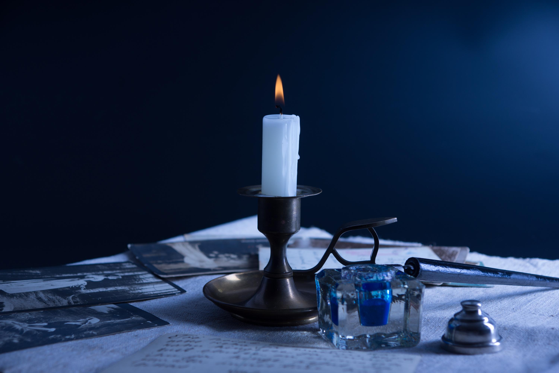 图片与蜡烛和旧明信片