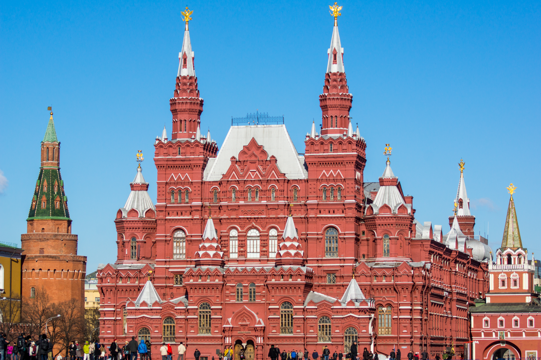 Здание исторического музея в Москве практически всегда получаются очень эффектными. Оно и понятно – красивое здание, построенное в русском стиле 16 века. Глядя на здание исторического музея, кажется, что он и построен именно в 16 или 17 веке. На самом же деле, «Императорский Российский исторический музей имени Императора Александра III» был построен в 1881 году. Музей был основан по указу императора Александра 2 в 1872 году. Именно в этом году организаторы Политехнической выставке обратились к царю с просьбой об учреждении исторического музея в Москве. Московская городская дума выделила под строительство место на Красной площади. Место было историческим – на этом участке в 17 веке находился Земский приказ. Объявляя конкурс на проектирование здания, организаторы поставили условие – здание должно органично вписываться в архитектурный ансамбль Красной площади, а стиль здание должен соответствовать стилю русской архитектуры 16 века. Победителями конкурса стили архитектор В.О. Шервуд и инженер А.А. Семенов. По стилю здание нового музея напоминало старое здание Земского приказа. Завершил работу над проектом уже архитектор А.П. Попов. Здание строилось 6 лет и торжественное открытие состоялось 27 мая 1883 года. После революции музей сохранился и стал называться Государственный Российский Исторический музей. В 20-х и 30-х года Музей стал не просто одним из московских музей, а превратился в целое объединение, в которое входили - «Музей-собор Василия Блаженного», «Музей быв. Грузинская церковь», «Музей архитектурных памятников села Коломенского», «Музей Пафнутьев-Боровского монастыря», «Генуэзская крепость» в г. Судак в Крыму, «Музей Александровского монастыря». палаты бояр Романовых, Новодевичий монастырь. В 1986 году музей был закрыт на реконструкцию, которая была окончательно завершена в 2003 году. На башни здания вернулись орлы, львы и единороги. Здание приобрело тот вид, который был задуман Шервудом 130 лет назад. Фотографии Исторического музея вы можете найти в проспекта