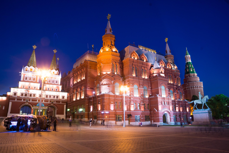 """在莫斯科历史博物馆的照片几乎总是产生非常壮观。 它是可以理解的 — — 一座漂亮的建筑建于 16 世纪俄罗斯风格。 看着历史的博物馆建筑,它看起来,他和确切地在 16 或 17 世纪修建。 事实上,""""帝国俄罗斯历史博物馆命名皇帝亚历山大三世始建于 1881 年。 博物馆成立于 1872 年由亚历山大皇帝法令 2 年。 正是在这一年西北工业大学展览的组织者呼吁国王建立在莫斯科历史博物馆。 莫斯科市杜马拨下施工地点在红场。 这个地方是在 17 世纪的历史遗址 Zemsky prikaz。 宣布的建筑设计竞赛,主办单位已设置条件建设应该有机地融入红色正方形的建筑合奏和建筑风格应与俄罗斯建筑风格相匹配作为 16 世纪的一部分。 风格的建筑师 Vo 的赢家 舍伍德和工程师 A.a. 谢苗诺夫。 新的博物馆大厦让人联想到了省一级的旧建筑的风格。 完成一份草案已经建筑师美联社 波波夫。 大厦被修建了 6 年,盛大开幕发生在 1883 年 5 月 27 日开始。 革命后,博物馆被保留了下来,并被改名为俄罗斯国家历史博物馆。 在 20 's年和妹博物馆不成为莫斯科博物馆之一,变成了整个团队,包括-""""博物馆 St.Basil 大教堂,前者的博物馆。 格鲁吉亚教会缅村博物馆,Pafnutyev-Borovsky 修道院的建筑纪念碑""""、""""博物馆""""、""""热那亚堡垒中的。 苏达克在克里米亚,""""亚历山大博物馆修道院。 沙俄罗曼诺夫,圣女修道院各房子。 1986 年博物馆关闭重建,终于在 2003 年完成。 塔楼回到老鹰、 狮子和独角兽。 大楼获得的类型,被设想了舍伍德 130 年前。 历史博物馆的图片你能找到小册子和目录致力于俄罗斯的莫斯科,建筑在旅游宣传册和卡集。 照片历史的博物馆,如我开始时所说,十分壮观。 但也有一些细微差别。 首先,拍摄建筑物是最好当太阳天气或局部云覆盖。 在多云的天气,整片天空关闭与固体和齐云图片时不壮观和对比。 照亮夜晚图像外观精细建筑和光的组合和建筑砌体射灯的颜色看起来非常令人印象深刻。 在博物馆的照片时,请注意砖砌体的颜色。 墙上有从克里姆林宫墙墙上有点不同。 如果砖砌塔和克里姆林宫的墙有略有红色的色彩,历史的博物馆,墙壁有小的深红色调。 原则上,在不同照明条件下的历史博物馆看上去会有所不同。 但尽管如此,它是值得注意的颜色。 我提请你注意选择在莫斯科历史博物馆的图像质量很好的高清晰度,你可以免费下载和使用你自己。  在莫斯科历史博物馆的照片"""