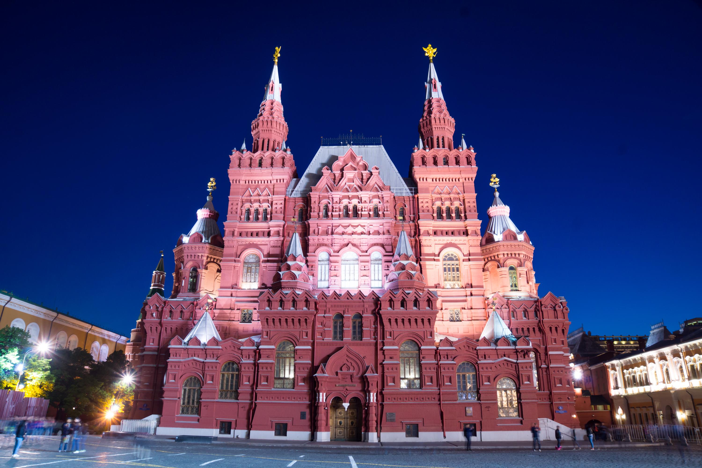 """在莫斯科历史博物馆的照片几乎总是产生非常壮观。 它是可以理解的 — — 一座漂亮的建筑建于 16 世纪俄罗斯风格。 看着历史的博物馆建筑,它看起来,他和确切地在 16 或 17 世纪修建。 事实上,""""帝国俄罗斯历史博物馆命名皇帝亚历山大三世始建于 1881 年。 博物馆成立于 1872 年由亚历山大皇帝法令 2 年。 正是在这一年西北工业大学展览的组织者呼吁国王建立在莫斯科历史博物馆。 莫斯科市杜马拨下施工地点在红场。 这个地方是在 17 世纪的历史遗址 Zemsky prikaz。 宣布的建筑设计竞赛,主办单位已设置条件建设应该有机地融入红色正方形的建筑合奏和建筑风格应与俄罗斯建筑风格相匹配作为 16 世纪的一部分。 风格的建筑师 Vo 的赢家 舍伍德和工程师 A.a. 谢苗诺夫。 新的博物馆大厦让人联想到了省一级的旧建筑的风格。 完成一份草案已经建筑师美联社 波波夫。 大厦被修建了 6 年,盛大开幕发生在 1883 年 5 月 27 日开始。 革命后,博物馆被保留了下来,并被改名为俄罗斯国家历史博物馆。 在 20 's年和妹博物馆不成为莫斯科博物馆之一,变成了整个团队,包括-""""博物馆 St.Basil 大教堂,前者的博物馆。 格鲁吉亚教会缅村博物馆,Pafnutyev-Borovsky 修道院的建筑纪念碑""""、""""博物馆""""、""""热那亚堡垒中的。 苏达克在克里米亚,""""亚历山大博物馆修道院。 沙俄罗曼诺夫,圣女修道院各房子。 1986 年博物馆关闭重建,终于在 2003 年完成。 塔楼回到老鹰、 狮子和独角兽。 大楼获得的类型,被设想了舍伍德 130 年前。 历史博物馆的图片你能找到小册子和目录致力于俄罗斯的莫斯科,建筑在旅游宣传册和卡集。 照片历史的博物馆,如我开始时所说,十分壮观。 但也有一些细微差别。 首先,拍摄建筑物是最好当太阳天气或局部云覆盖。 在多云的天气,整片天空关闭与固体和齐云图片时不壮观和对比。 照亮夜晚图像外观精细建筑和光的组合和建筑砌体射灯的颜色看起来非常令人印象深刻。 在博物馆的照片时,请注意砖砌体的颜色。 墙上有从克里姆林宫墙墙上有点不同。 如果砖砌塔和克里姆林宫的墙有略有红色的色彩,历史的博物馆,墙壁有小的深红色调。 原则上,在不同照明条件下的历史博物馆看上去会有所不同。 但尽管如此,它是值得注意的颜色。 我提请你注意选择在莫斯科历史博物馆的图像质量很好的高清晰度,你可以免费下载和使用你自己。  在莫斯科视图中从红场历史博物馆的照片"""