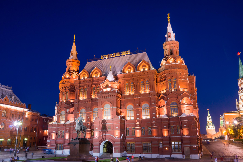 """Foto del Museo histórico de Moscú casi siempre produce un muy espectacular. Es comprensible, un hermoso edificio construido en el siglo XVI de estilo ruso. El edificio del Museo histórico, parece le y construido exactamente en siglo 16 o 17. De hecho, la """"Imperial Ruso Museo de la historia el nombre de emperador Alexander III fue construido en el año 1881. El museo fue fundado en 1872 por decreto del emperador Alexander 2 años. Fue en este año que los organizadores de la exposición Politécnica apelaron al rey para establecer un museo histórico de Moscú. Ciudad Duma asignado en lugar de la construcción en la Plaza Roja de Moscú. El lugar era que un sitio histórico en el siglo 17 fue prikaz Zemsky. Anuncia un concurso para el diseño del edificio, los organizadores han creado un edificio de condición ecológica debería encajar en el conjunto arquitectónico de la Plaza Roja, y edificio de estilo debe coincidir con el estilo de la arquitectura rusa, como parte del siglo 16. Los ganadores de los estilos del arquitecto Vo Sherwood e Ingeniero de A.a. Semenov. El estilo del nuevo Museo, edificio que recuerda el antiguo edificio de la orden provincial. Completado un proyecto de arquitecto ya A.p. Popov. El edificio fue construido en 6 años y la inauguración tuvo lugar el 27 de mayo de 1883 a partir. Después de la revolución, el Museo ha sido preservado y fue rebautizado el Museo Estatal de historia de Rusia. En el 20 's y 30 's el Museo se convirtió en no sólo uno de los Museo de Moscú y se convirtió en todo un equipo que incluye - Catedral de Museo-San .Basil, el Museo de la antigua. La iglesia georgiana """","""" Museo de los monumentos arquitectónicos del Museo del pueblo de Kolómenskoye, Pafnutyev-Borovsky monasterio """","""" fortaleza genovesa de. Sudak en Crimea, """"monasterio Museo de Alexander. Casa de boyardos Romanov, Monasterio Novodévichi. En 1986 el museo fue cerrado para la reconstrucción, que finalmente fue terminada en el año 2003. El edificio de la torre volvió a águilas,"""