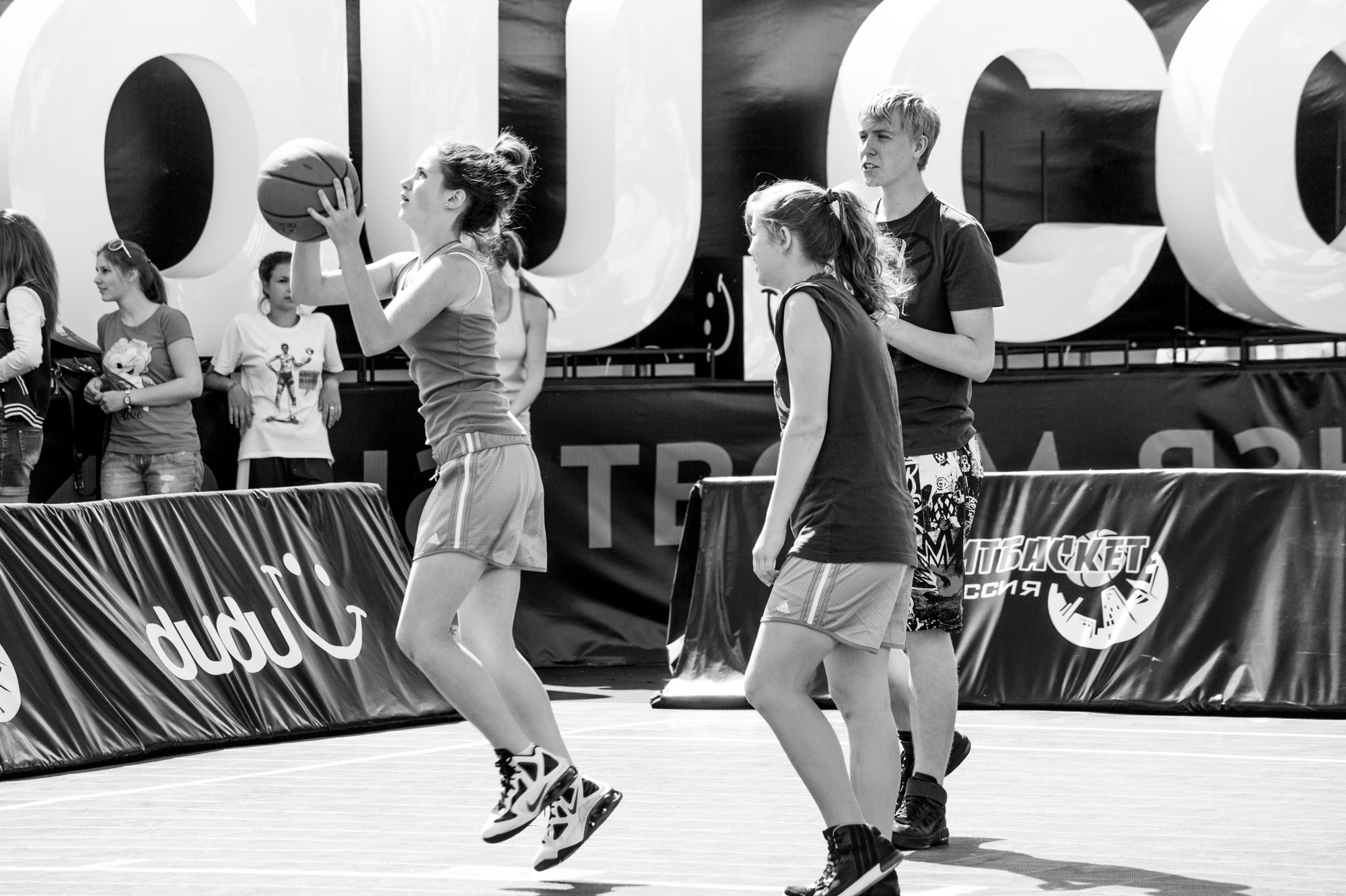 Girls play streetball