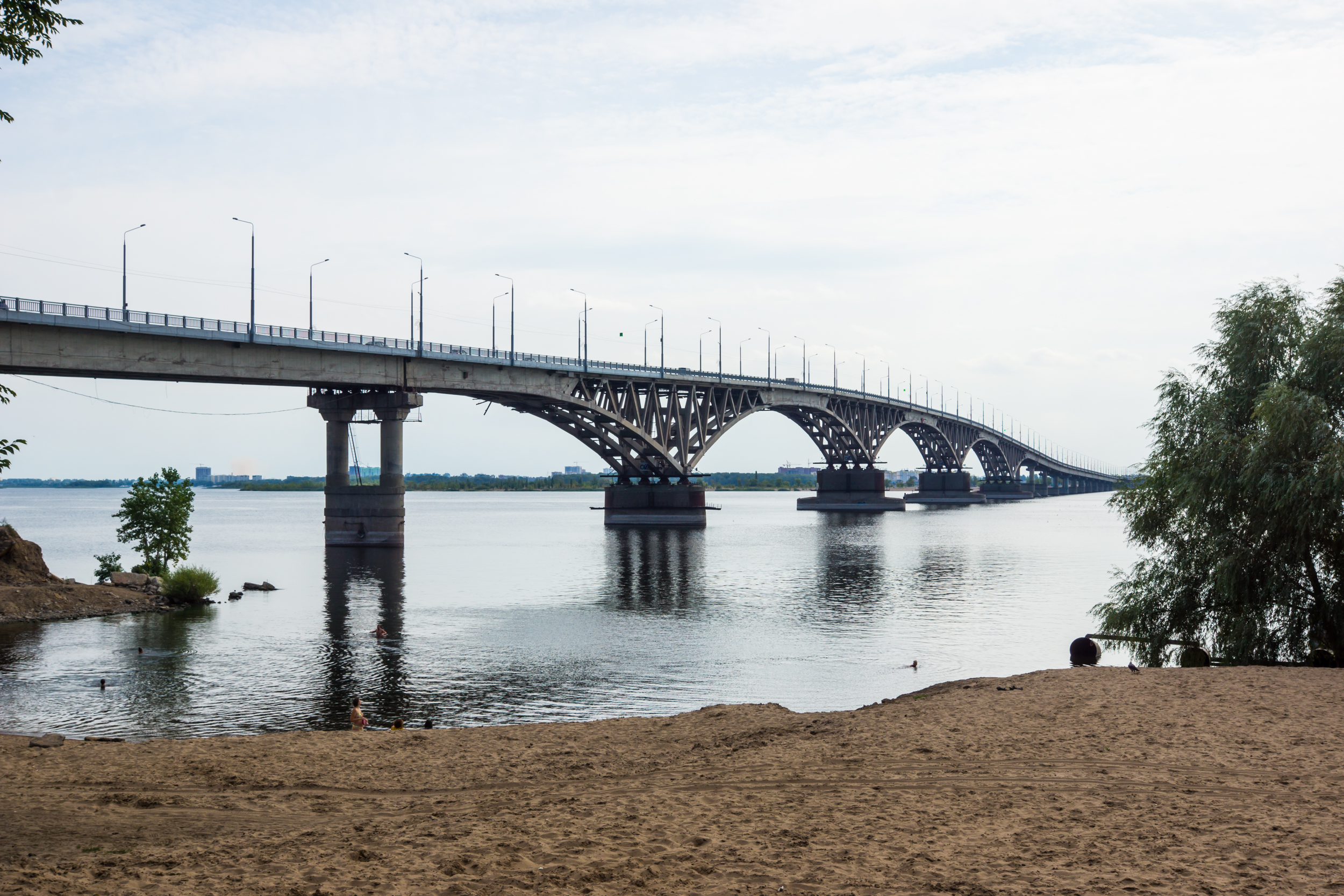 View of the Saratov bridge to the promenade