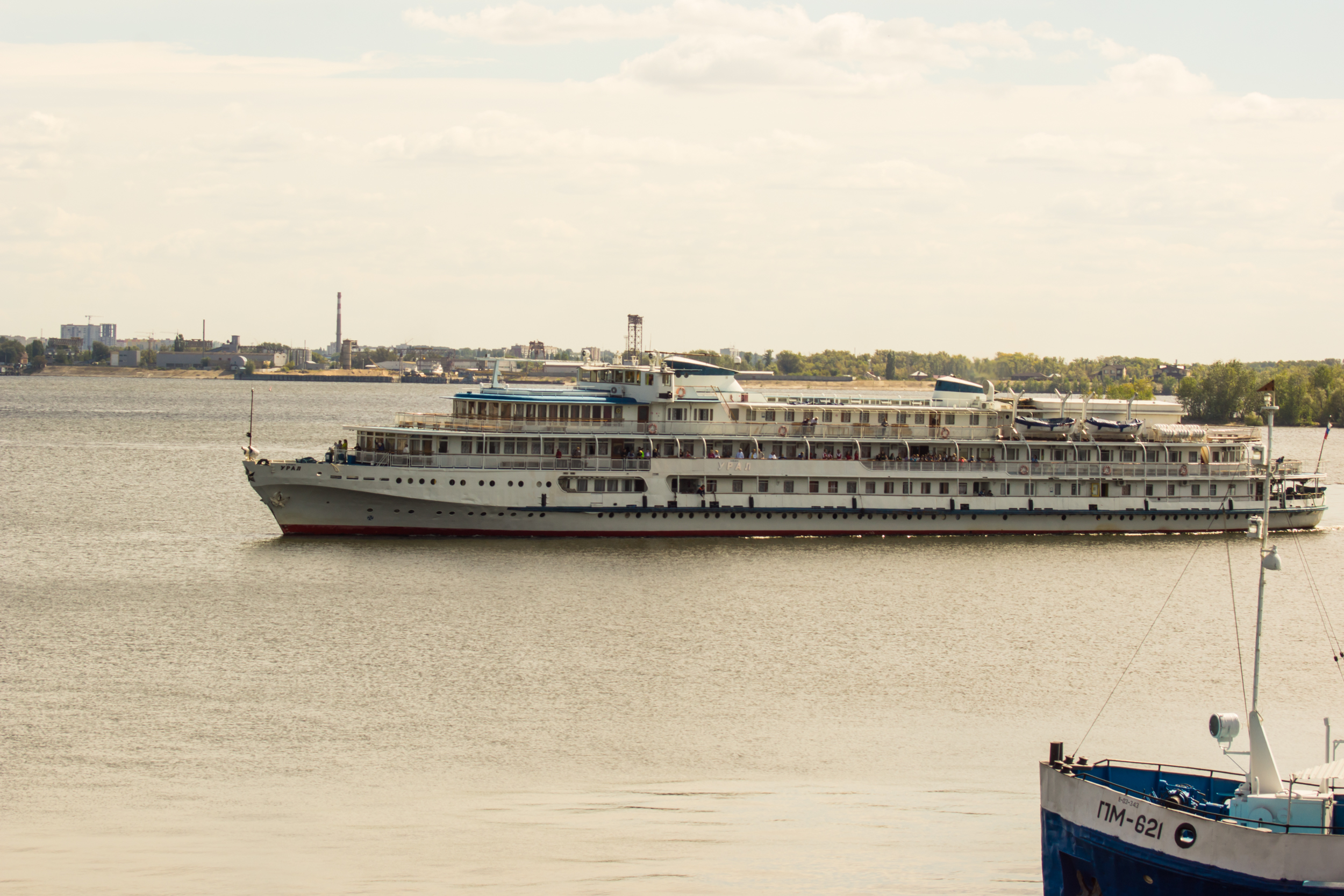 Saratov in recent years attracts tourists. Tourist ships arrive daily in the city.