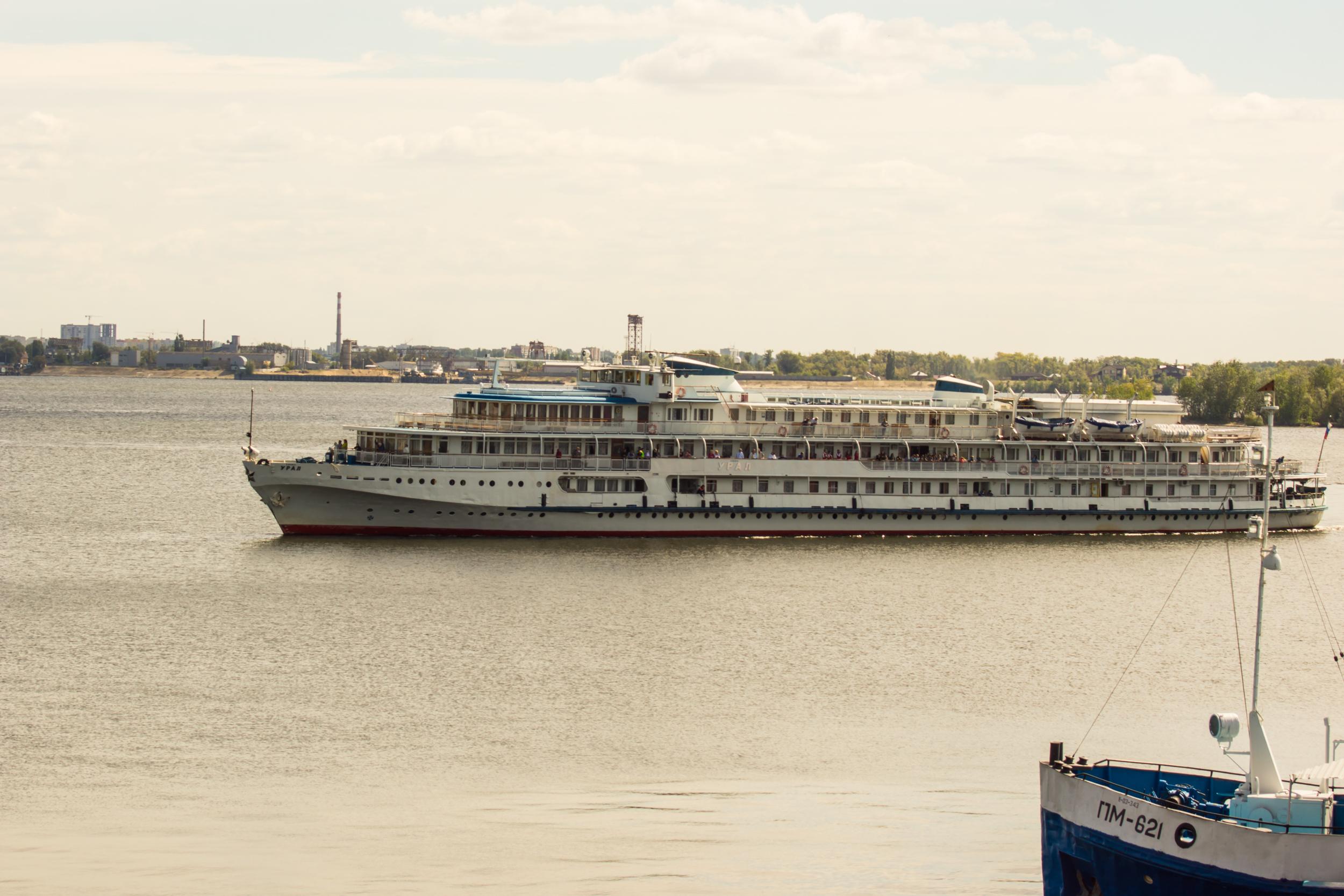 Saratov en los últimos años atrae a los turistas. Barcos turísticos llegan diariamente en la ciudad.