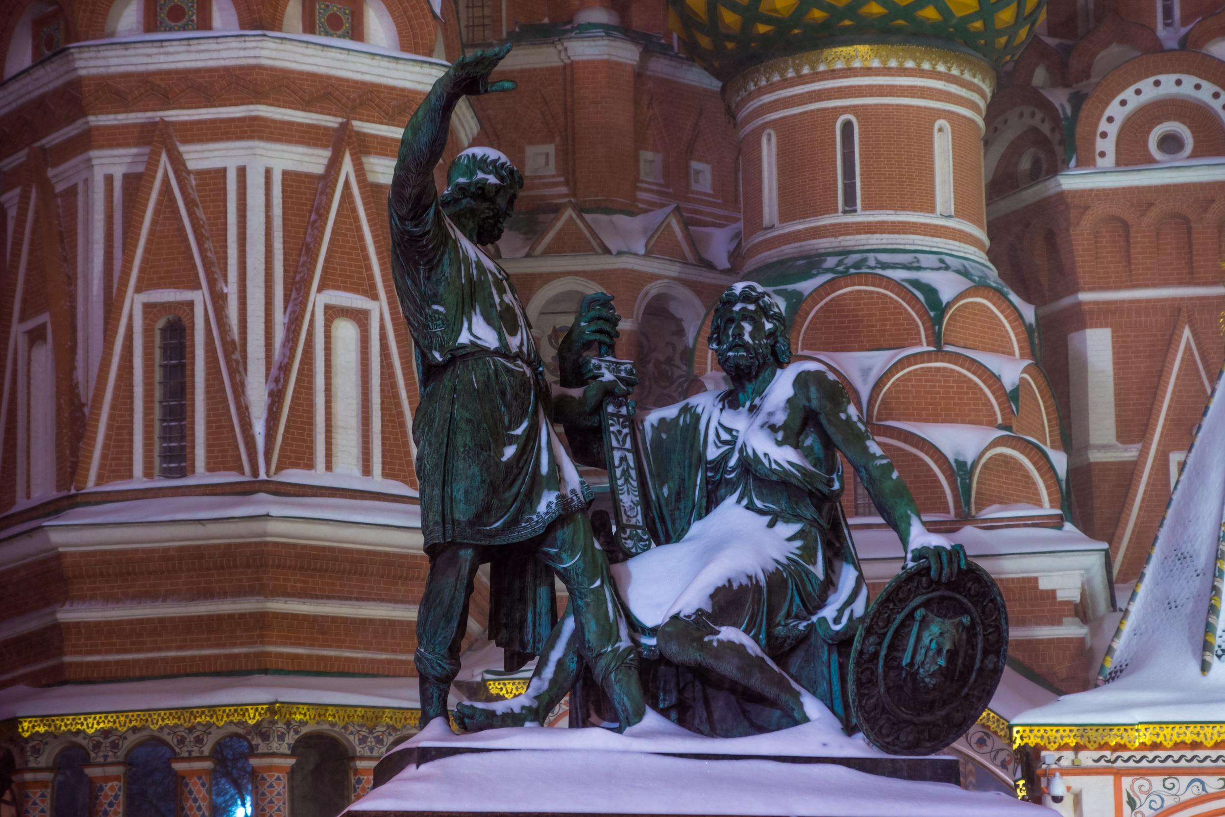 Памятник Минину и Пожарскому в снегу