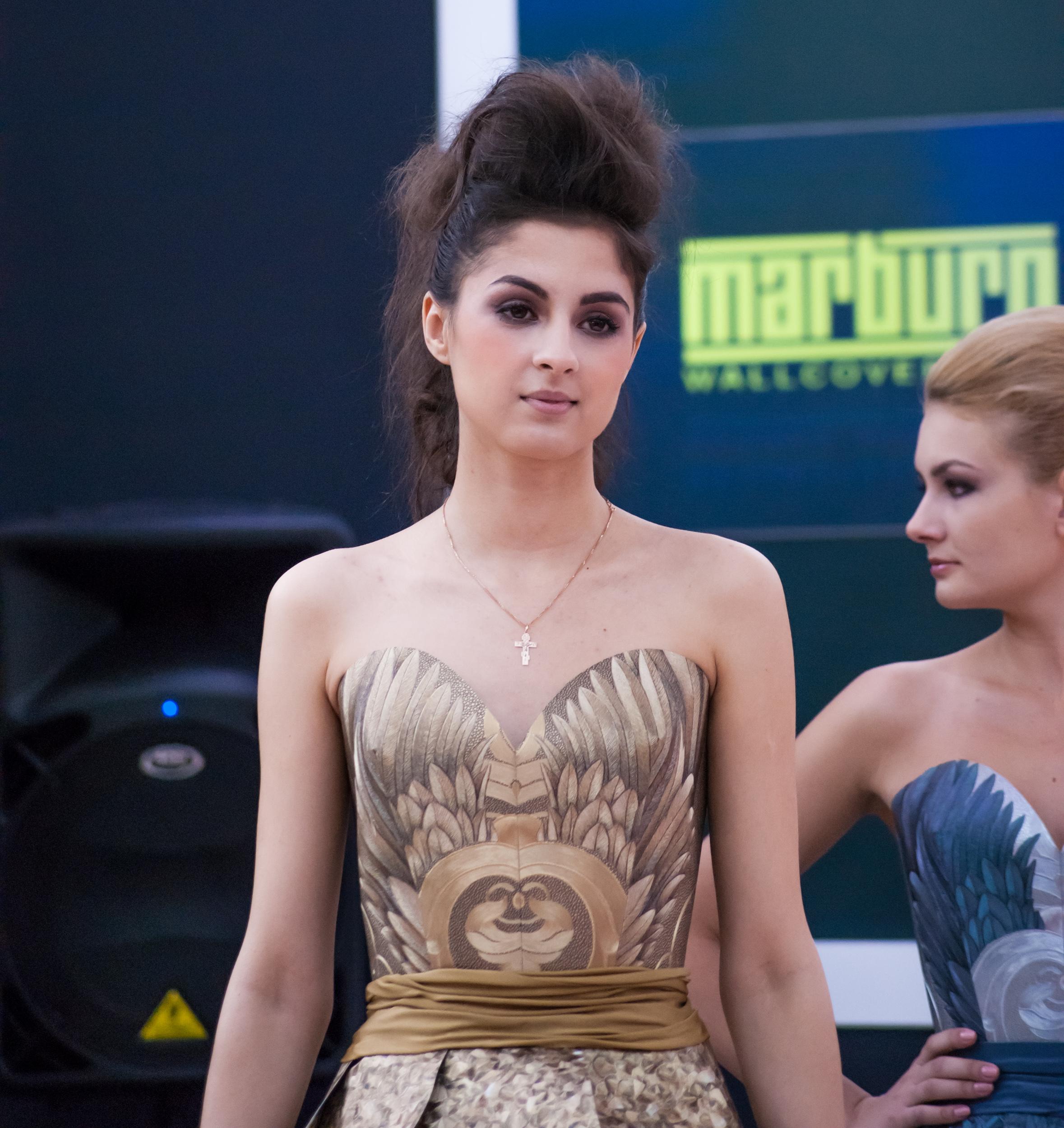 девушка в бумажном платье