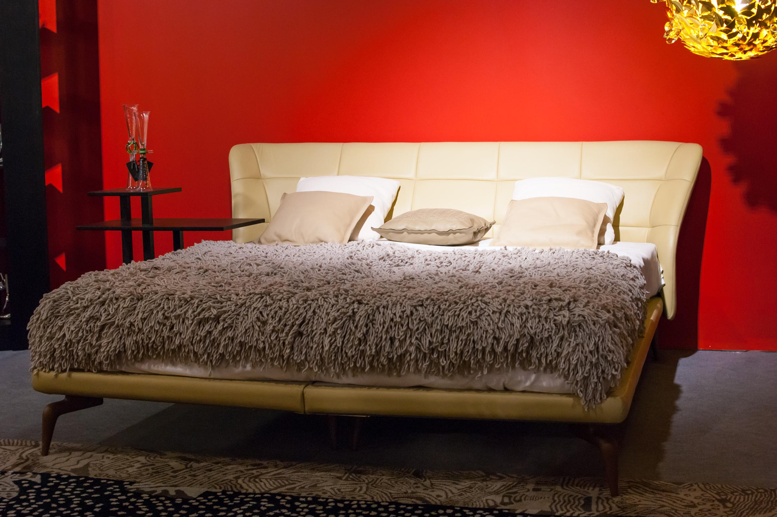 Кровать в красном