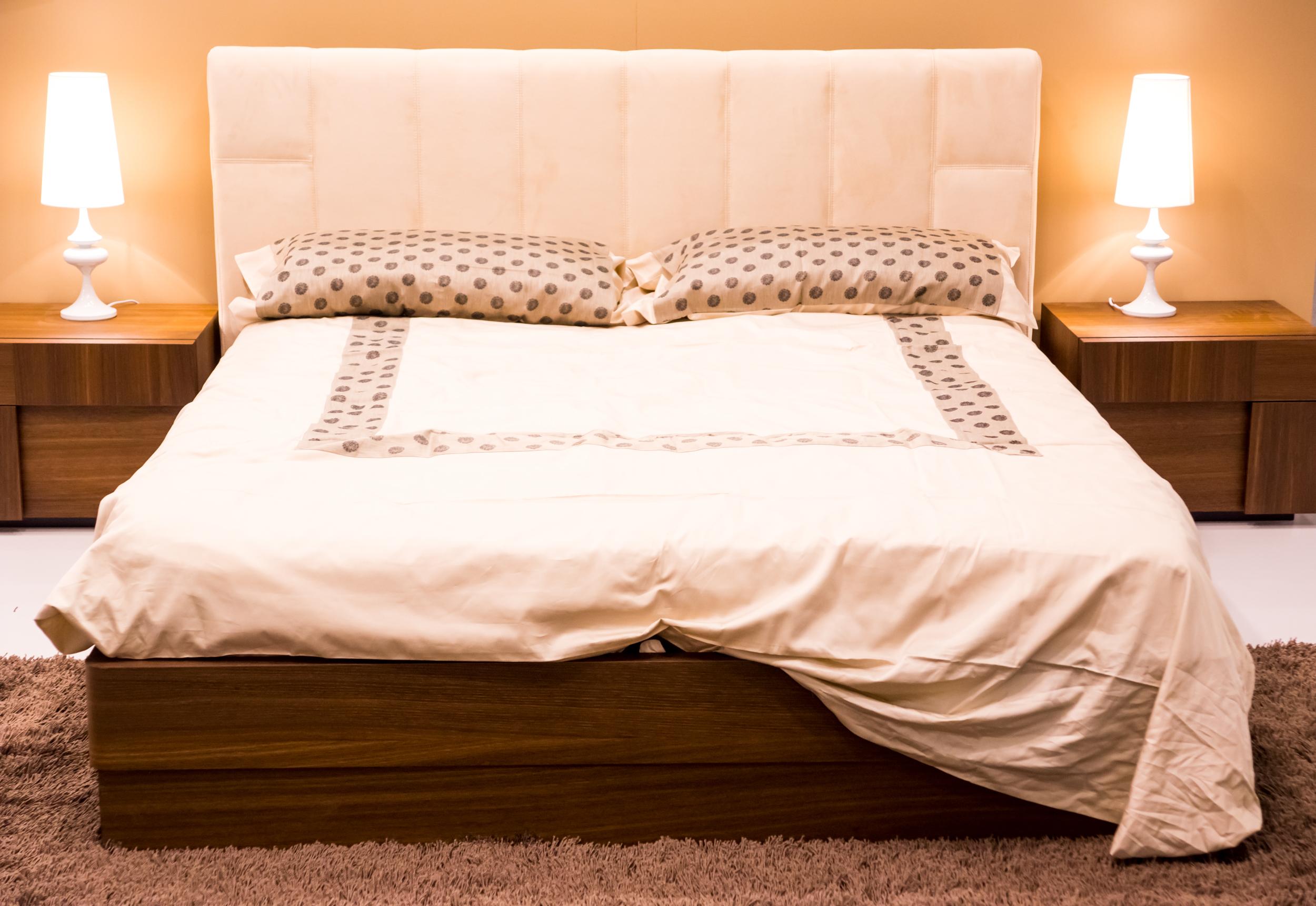 Кровать с прикроватными тумочками