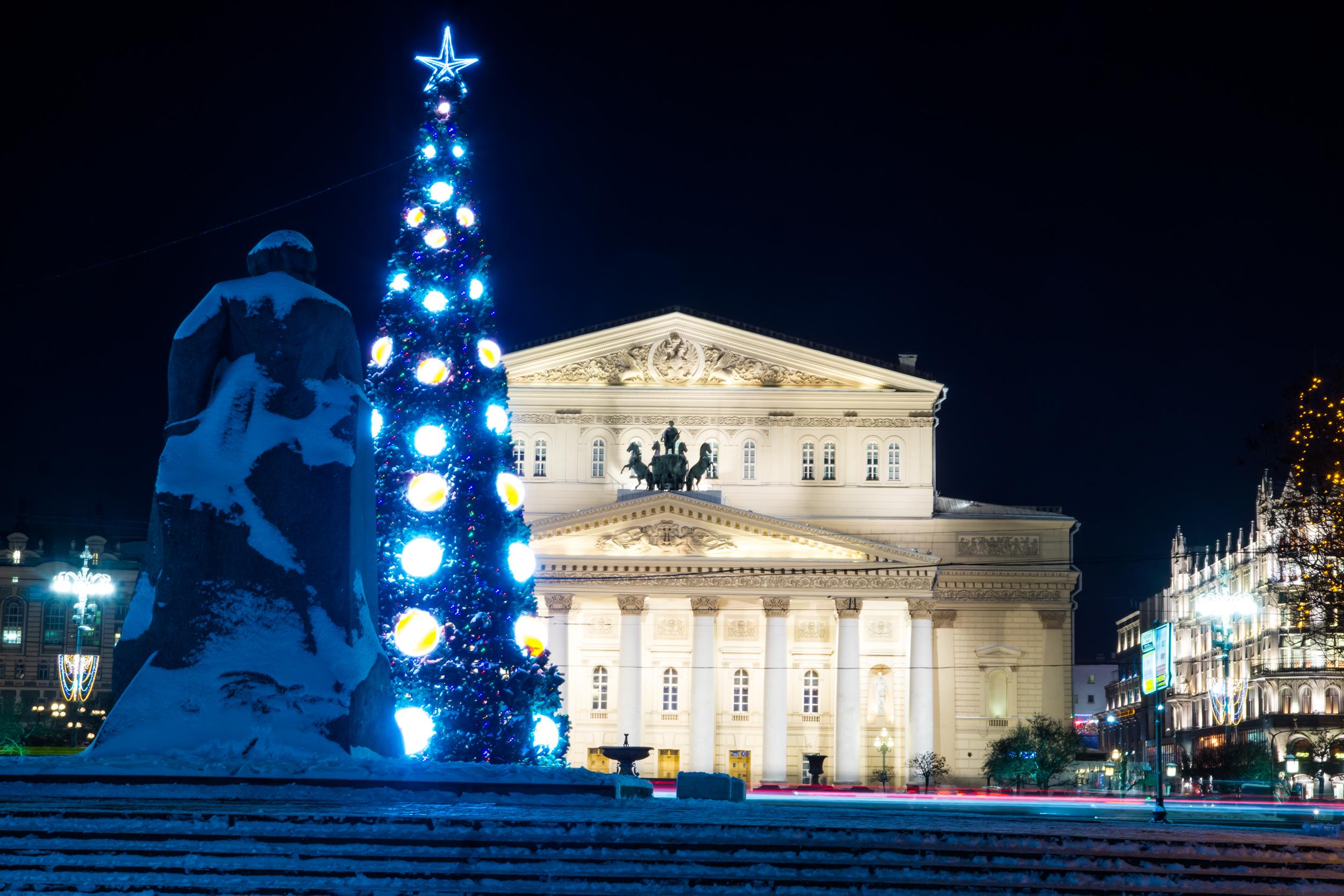 Большой театр зимой с новогодней елкой