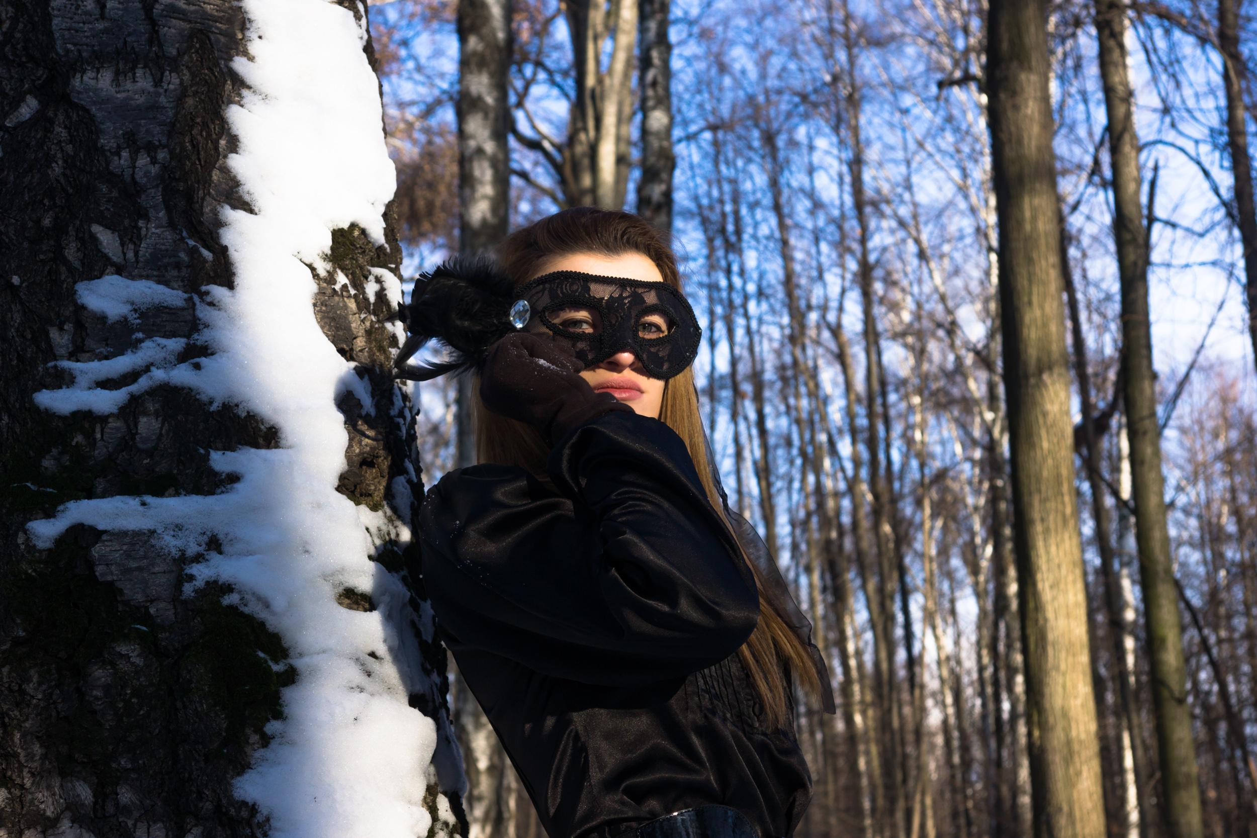Зимний портрет девушки в маске