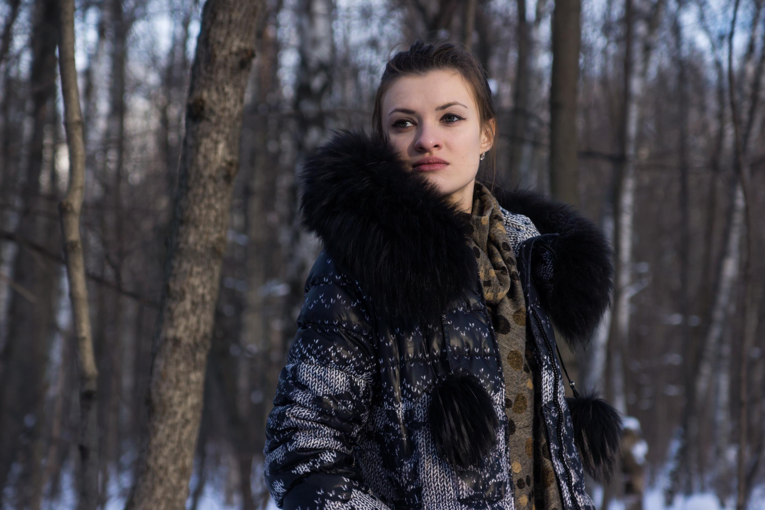 Зимний портрет девушки в парке