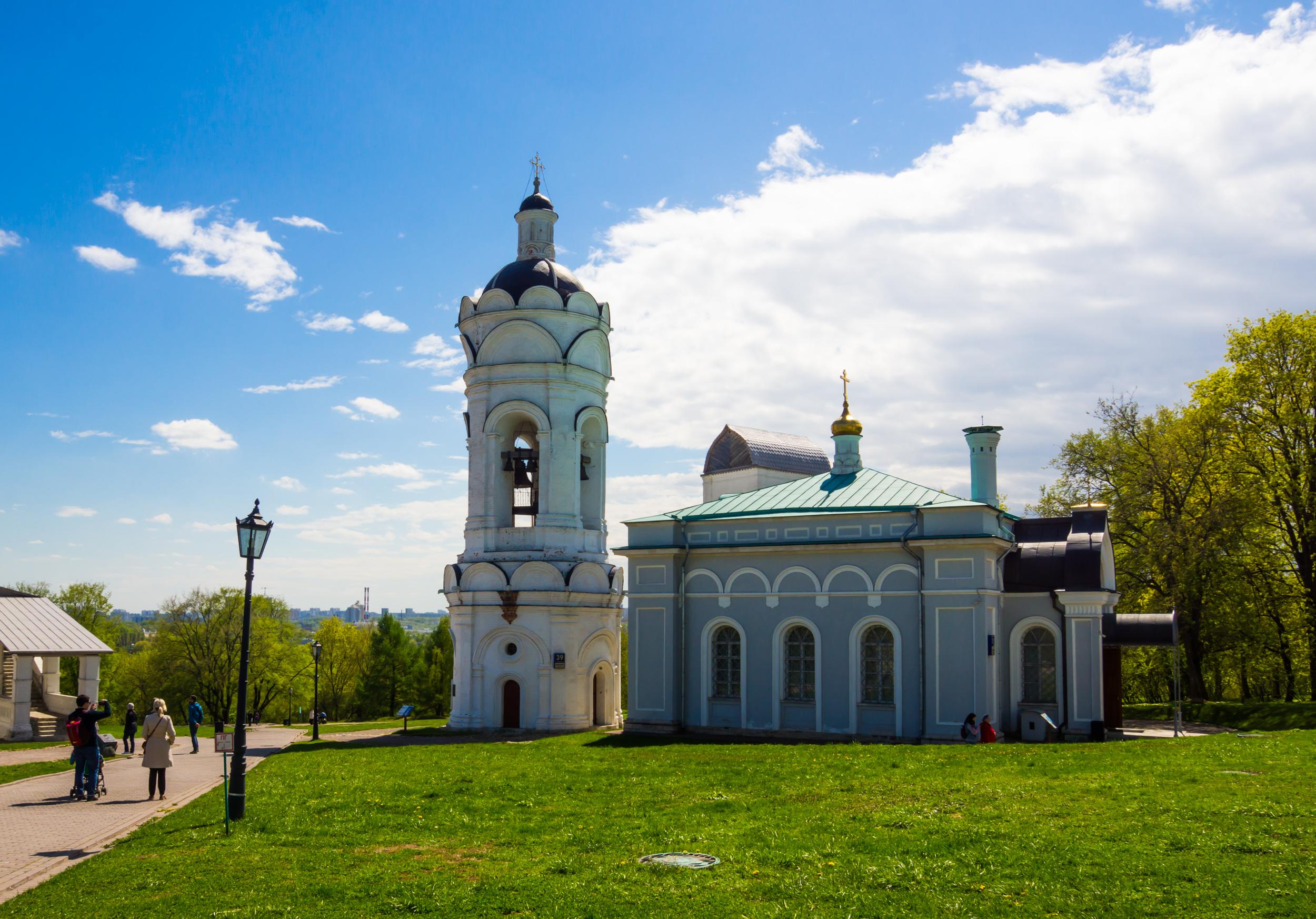 Церковь Святого Георгия с Колокольней. Сама церковь была построена на месте древней церкви в 19 веке. Колокольня же построена в 16 веке. В 14 веке на этом месте стояла деревянная церковь, построенная по приказу Дмитрия Донского в память о Куликовском сражении.