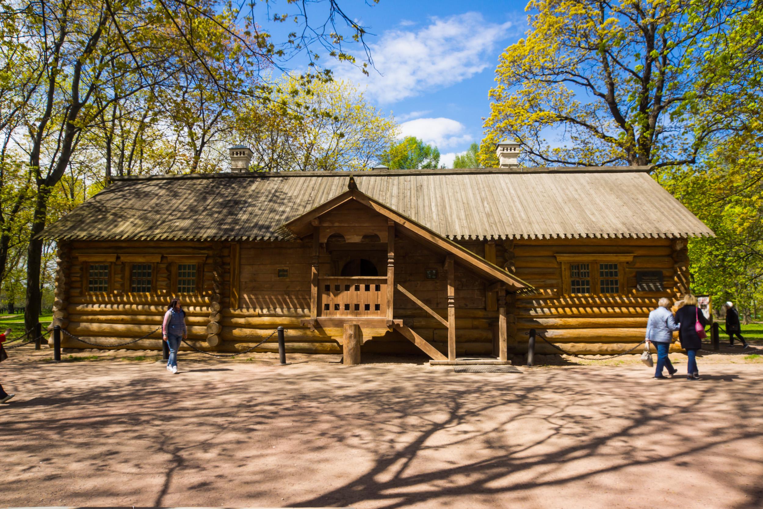 Бревенчатый домик Петра 1 - построен в 1702 году на острове Маркове. Перевезен в Коломенское 1934 году.