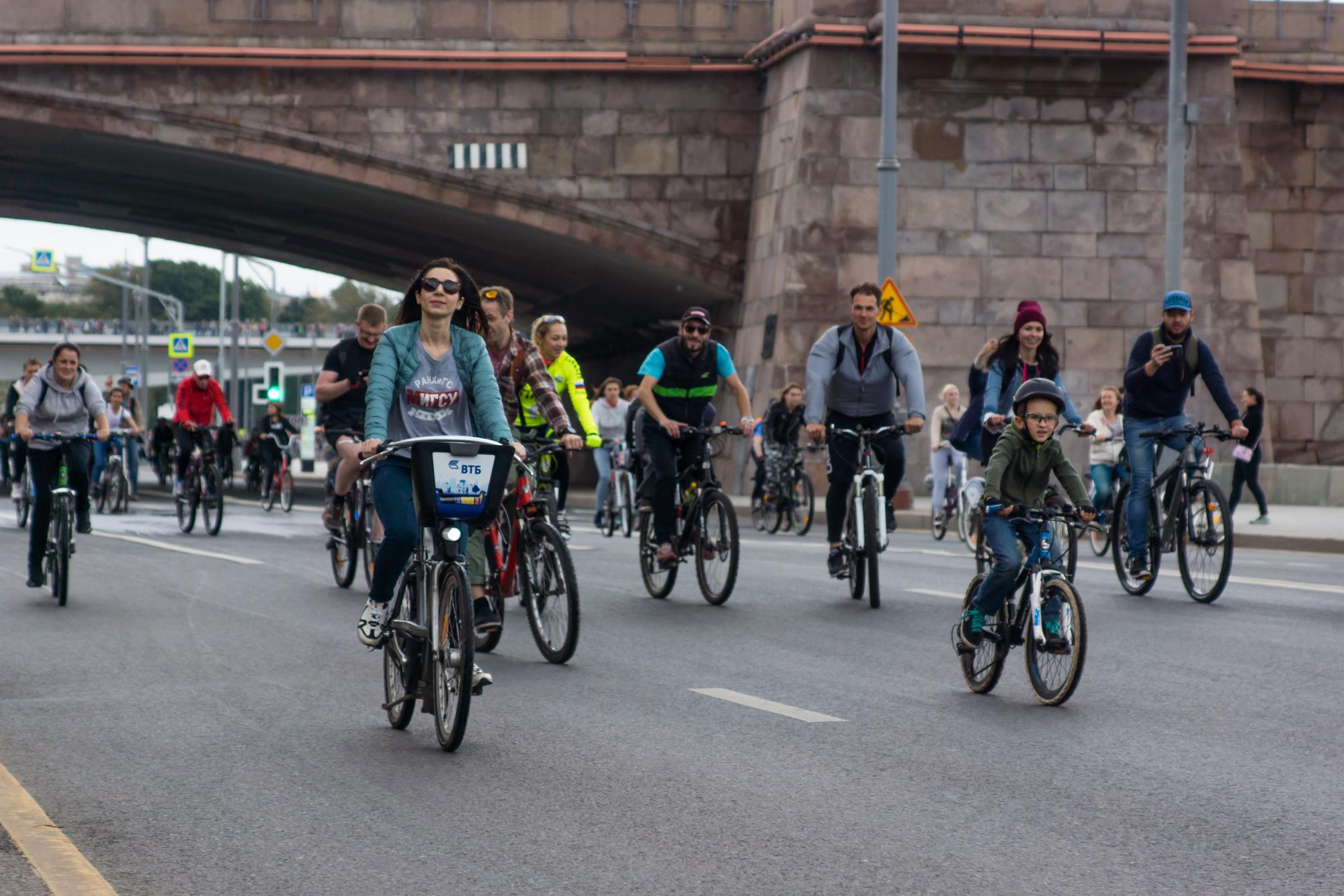 ехали на велосипедах целые семьи и компании