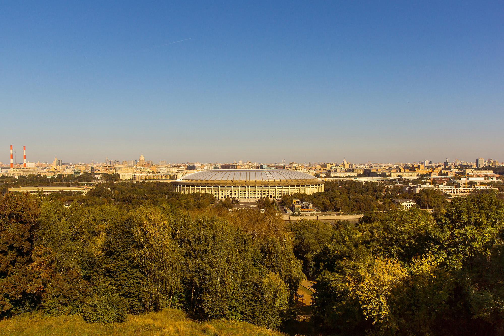 Вид осенней Москвы со смотровой площадки на Воробьевых Горах