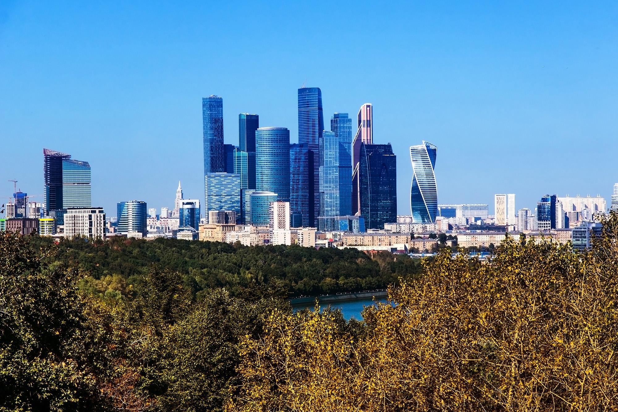 Вид на Москва Сити со смотровой площадки на Воробьевых Горах