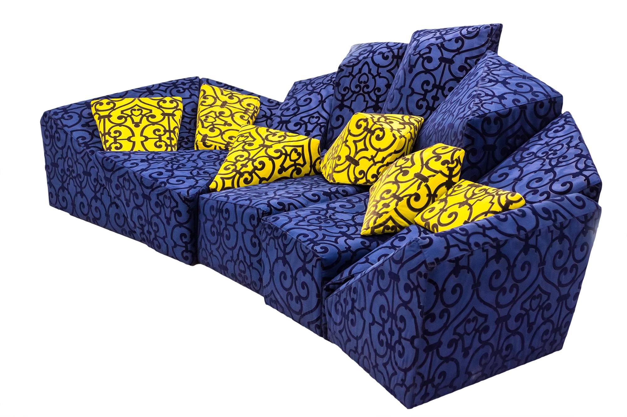 диван на белом фоне