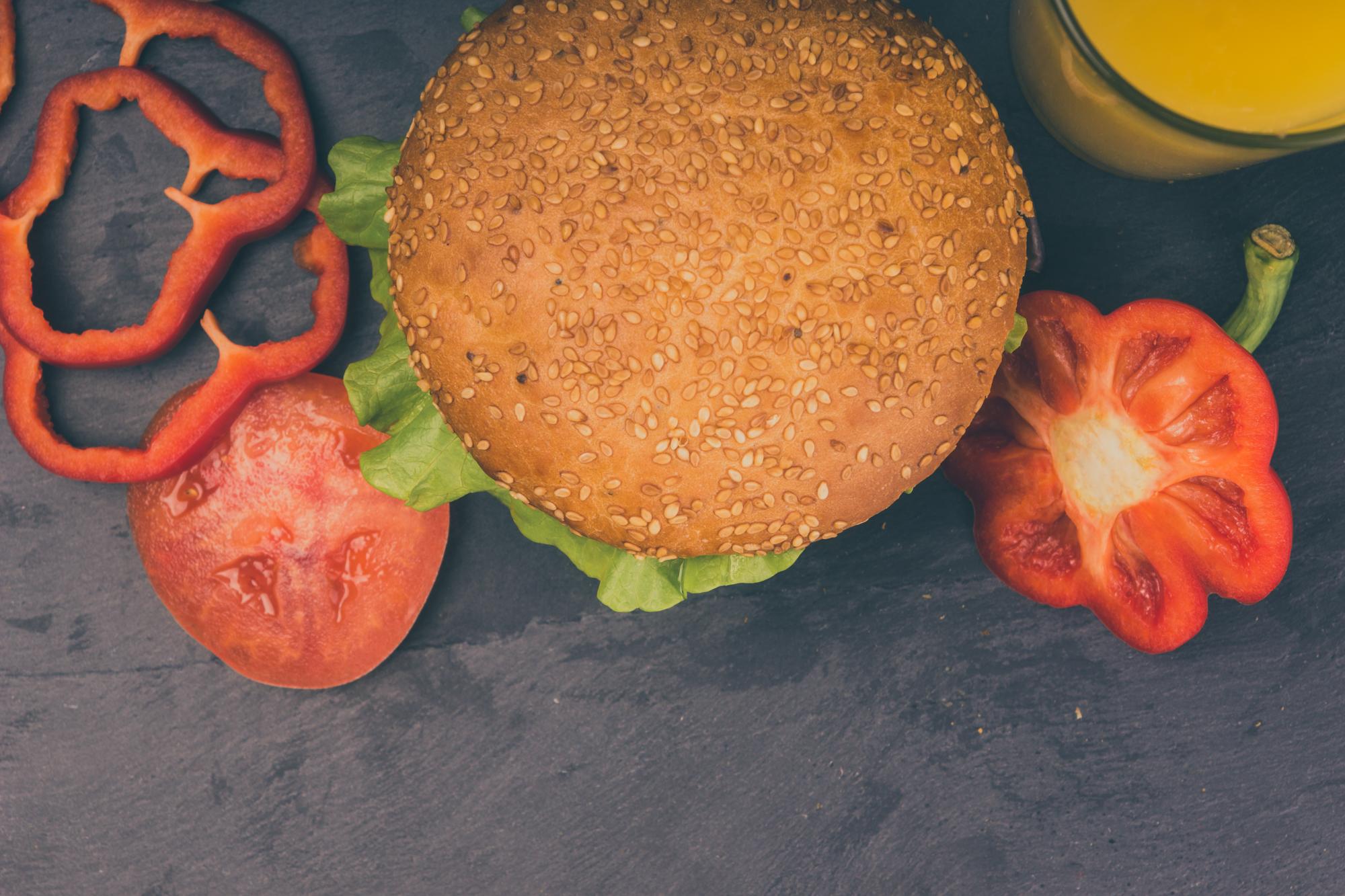 гамбургер на темном фоне, вид сверху