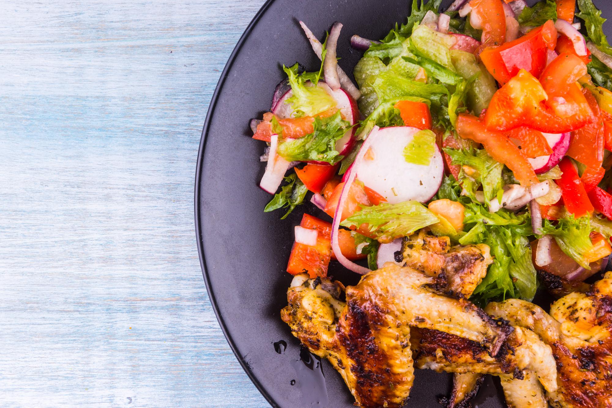 Жареные крылья и салат
