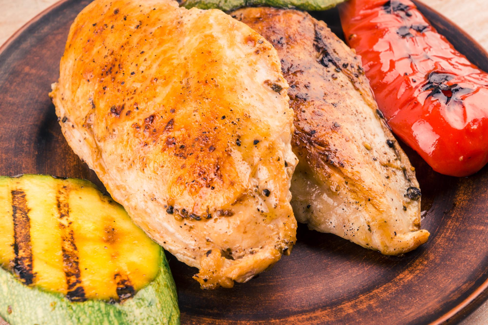 Жареное куриное филе с овощами