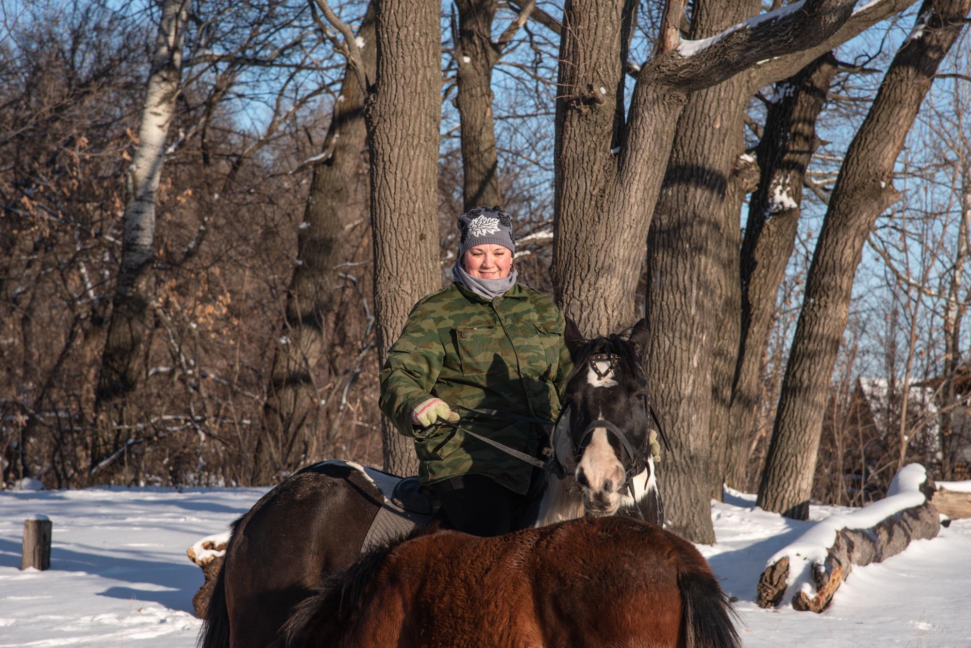 конная прогулка по зимнему лесу