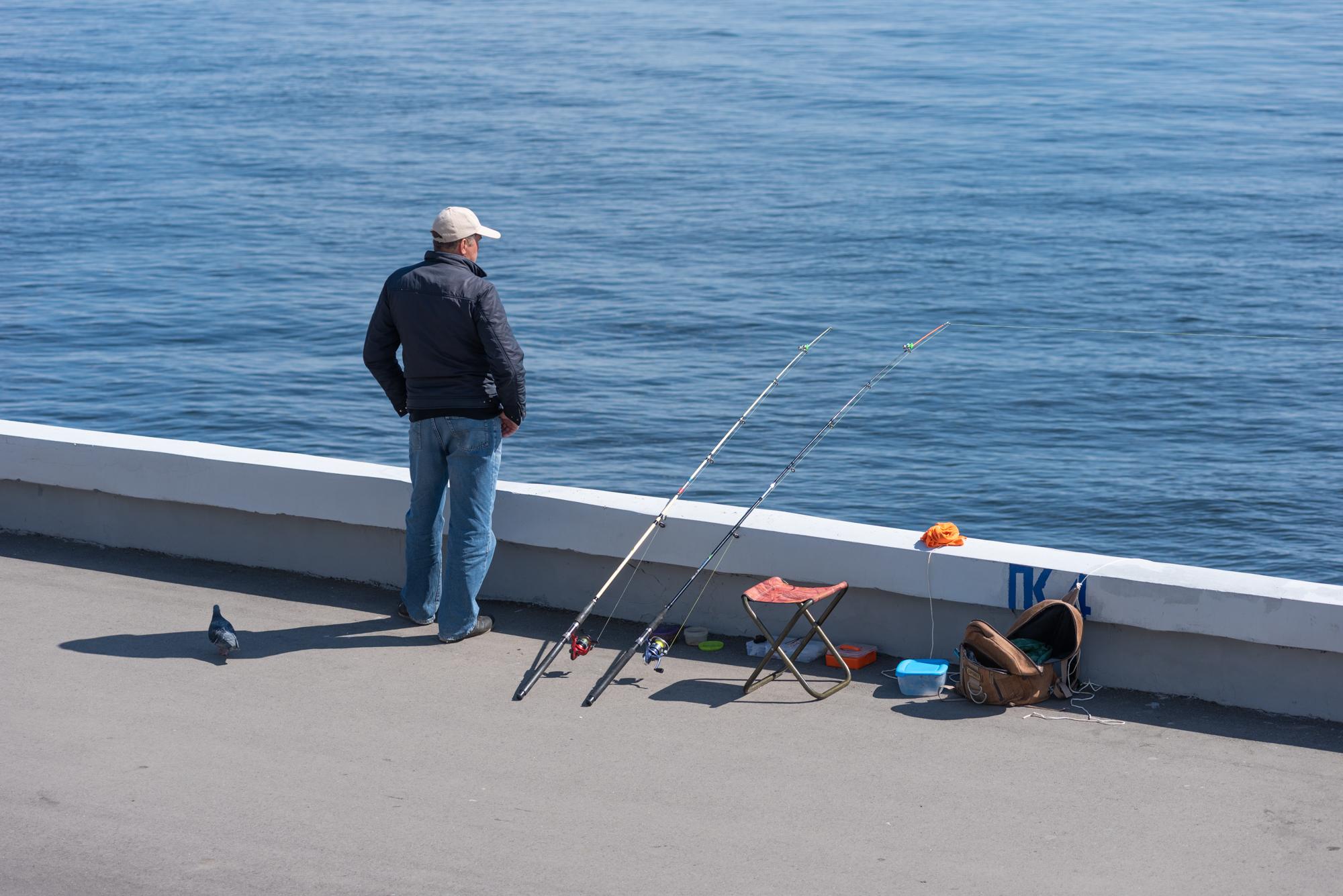 рыбак на набережной