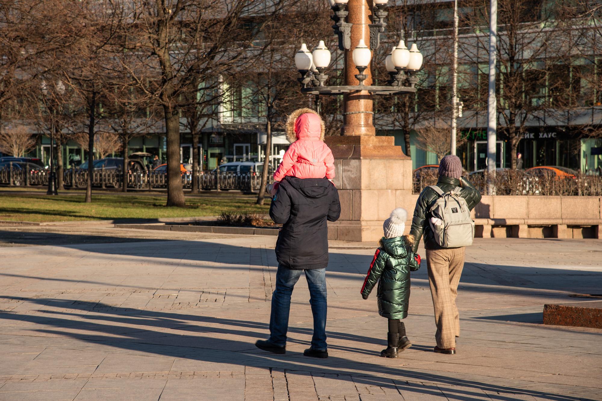 Родители с детьми на Цветном бульваре