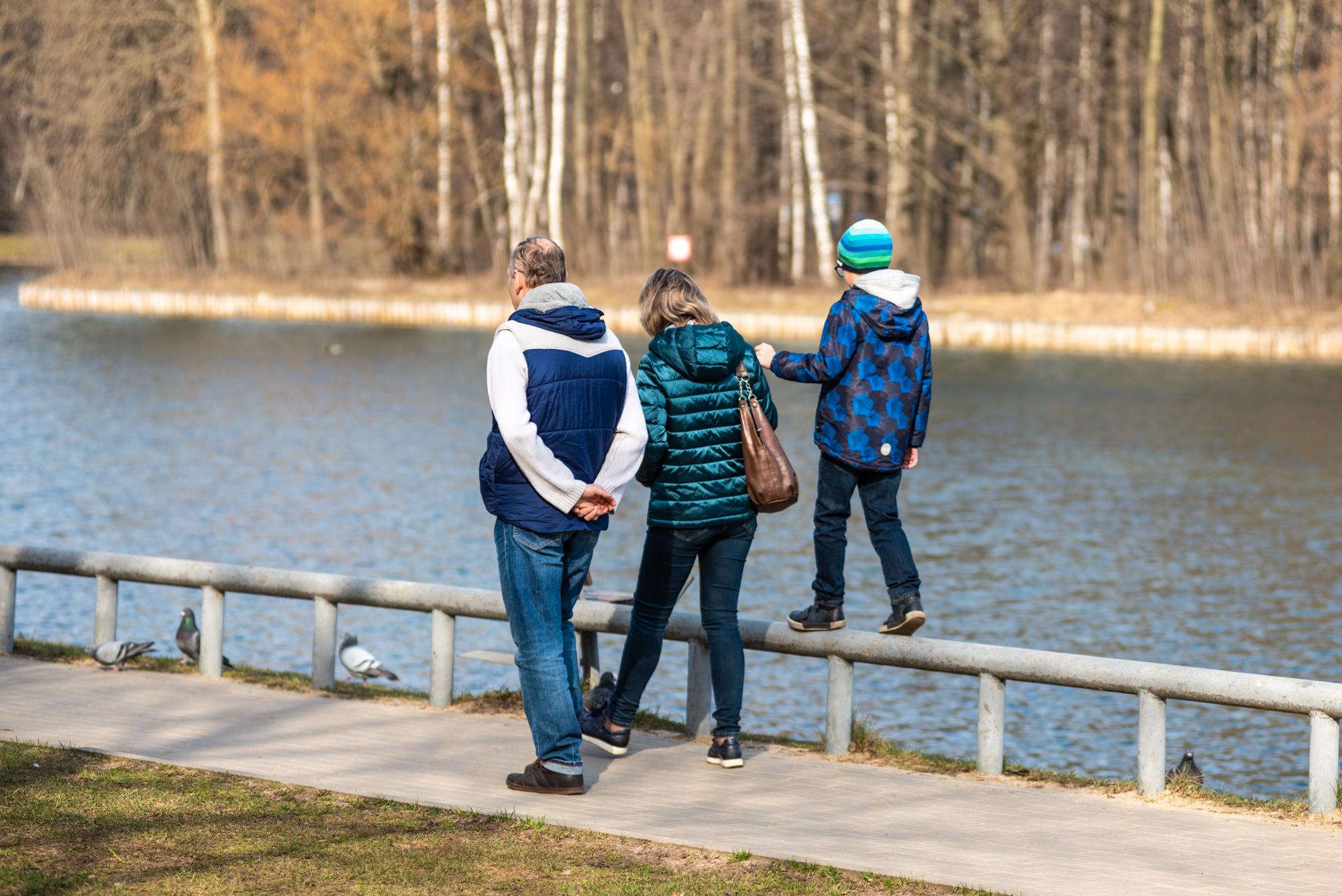Прогулка в парке с семьей