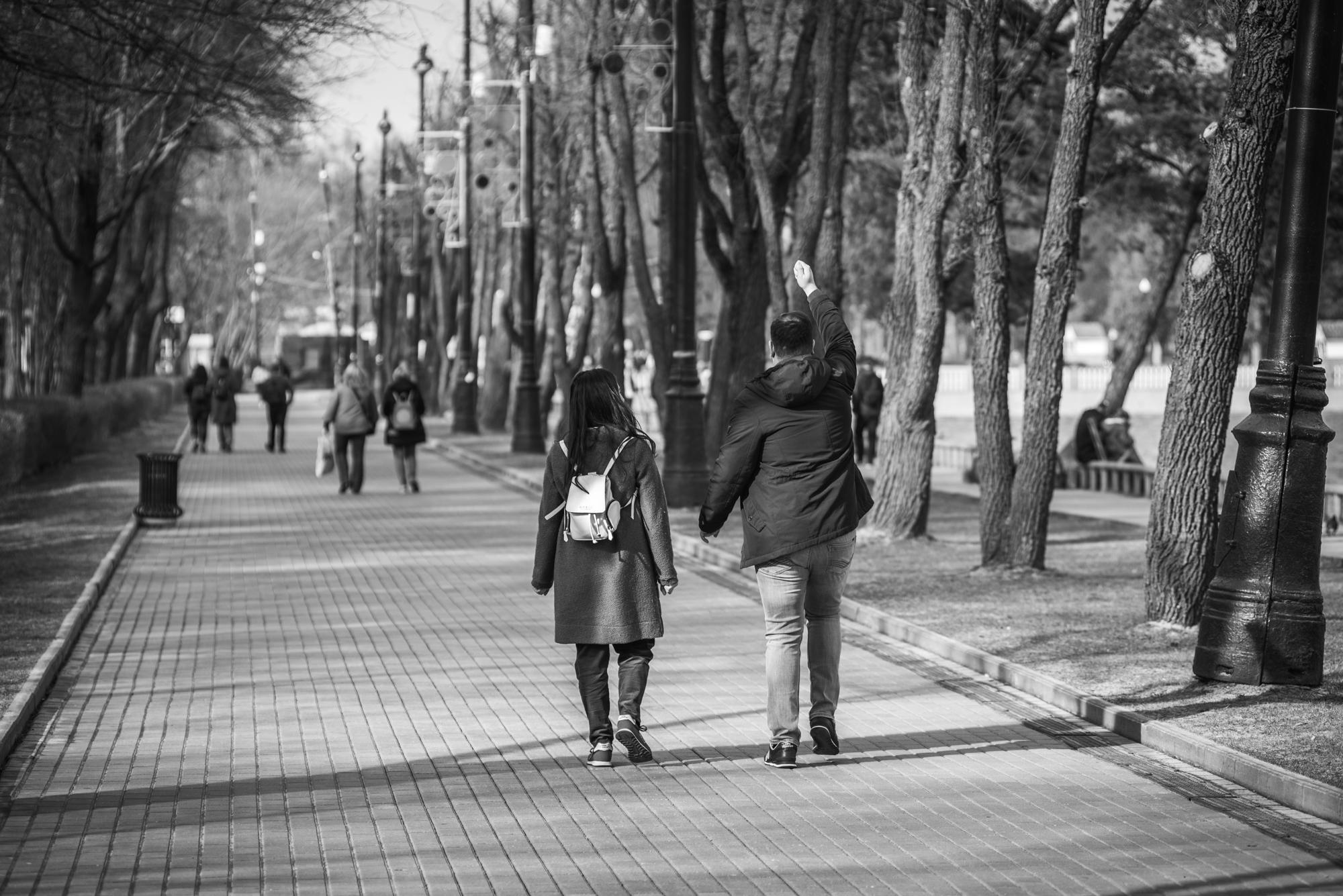 Люди гуляют в парке во время эпидемии коронавируса