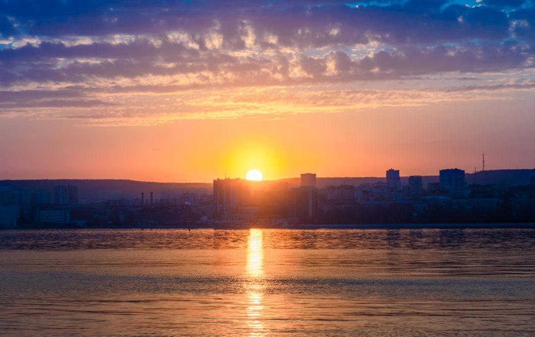 Закатный пейзаж на Волге – вид на вечерний Саратов и не только